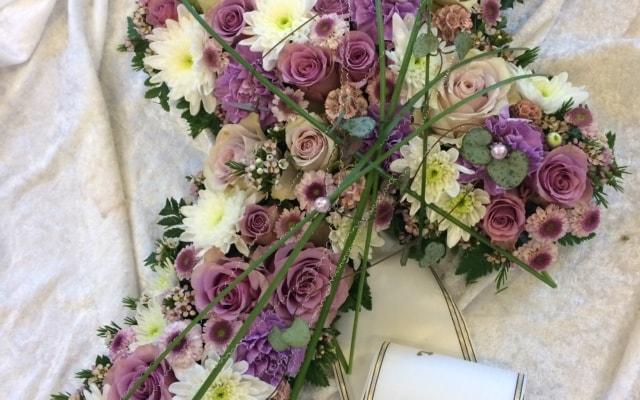 Blomsterkors til begravelse - fra Søstra til Morten AS
